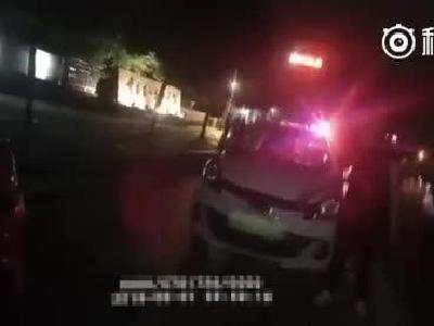 """视频-交警查酒驾遇""""耿直哥"""":我开的酒驾!不跑"""