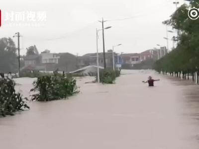 视频-男子不顾水深齐胸 暴雨中逆行回家:我爸在家等我