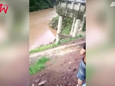 视频|云南昭通盐津皮卡车冲破护栏翻落山崖坠河