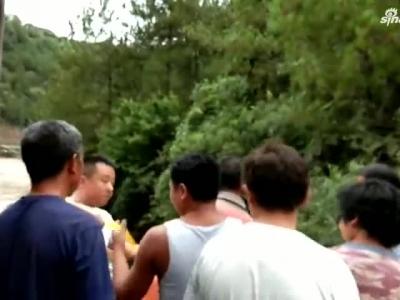 游客拍照时不慎坠崖 云南怒江民警紧急施救