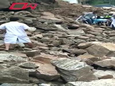 视频︱滑坡阻断瓦贡公路 各方合力穿越滚石塌方区救助病患