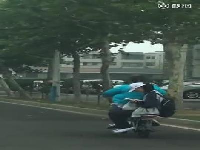 视频:太拼了!德州一女学生电动车后座上低头学习