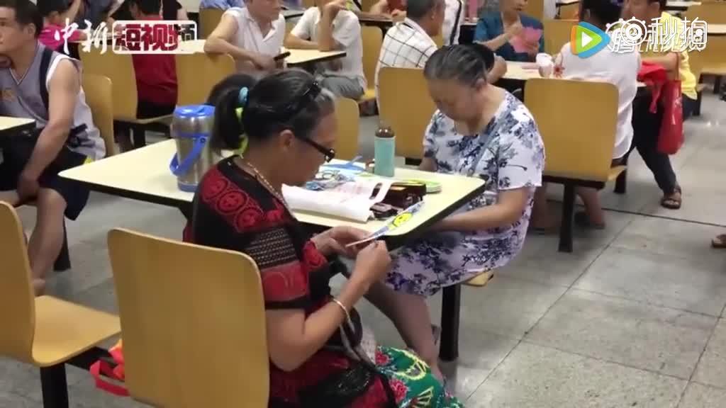 现实版洞子火锅:高温预警也挡不住重庆人民吃火锅
