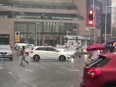 【津云微视】最新雨情:天津音乐厅附近加派泵车 加紧排水