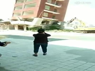 视频:挖掘机误判楼房倒塌方向 被倒塌墙体砸中