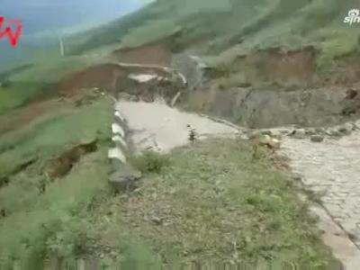 男子阻止3车通行 下一分钟发生了山体滑坡