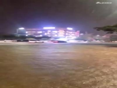 单点暴雨突袭云南保山!道路被淹