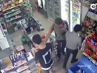 新浪广快投诉:京东网购黄金手镯收到石头 便利店监控拍下完整一幕