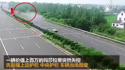 玛莎拉蒂超速撞护栏瞬间报废 司机:车是借的