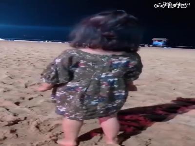 视频:萌娃海边大喊不想上幼儿园 怕老师知道立即改口