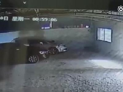 不要什么都往车里放:烧烤后熄灭木炭留车内,次日复燃毁两车