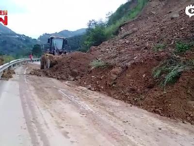 云南保山至怒江因泥石流断行金六公路恢复通行