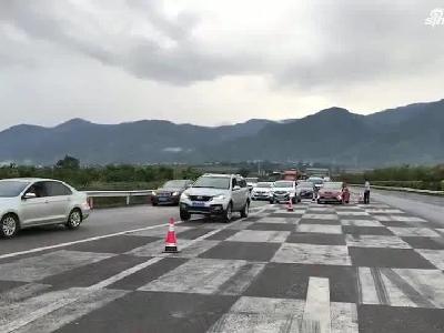 4日下午云南保龙高速上行线发生事故 潞江坝出口拥堵严重