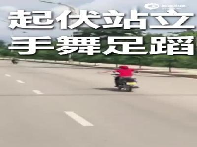 """云南小姐姐路上表演摩托车骑行""""特技""""后进了警局"""