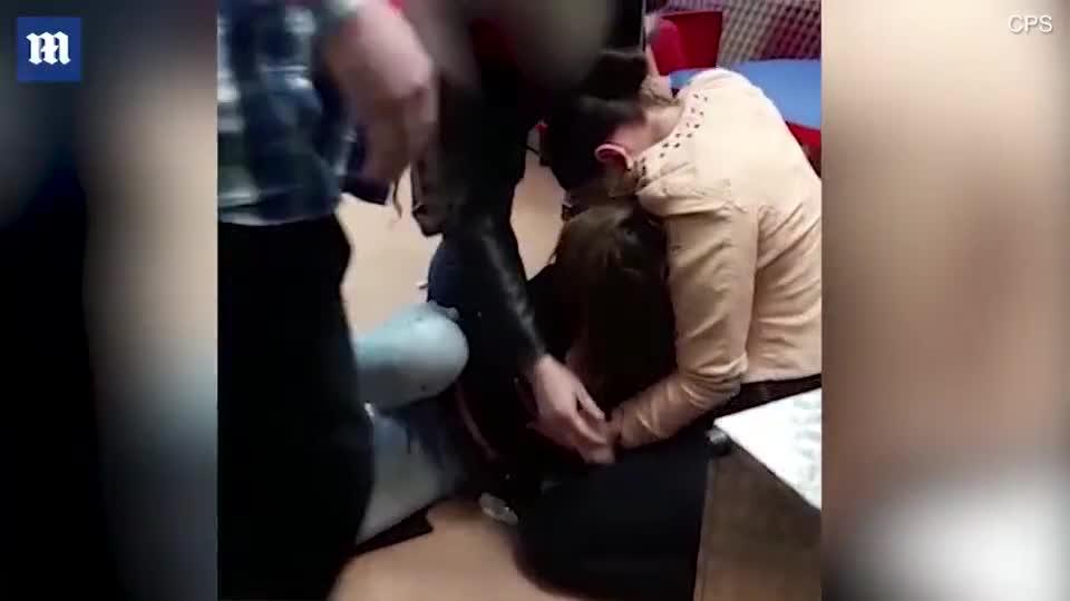 视频:太残忍!女子一言不合咬掉朋友耳朵 场面血腥