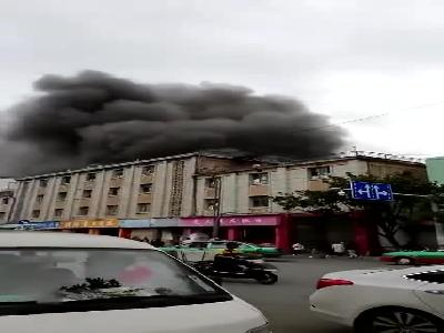 云南保山一商场仓库突发大火 28间房屋被烧