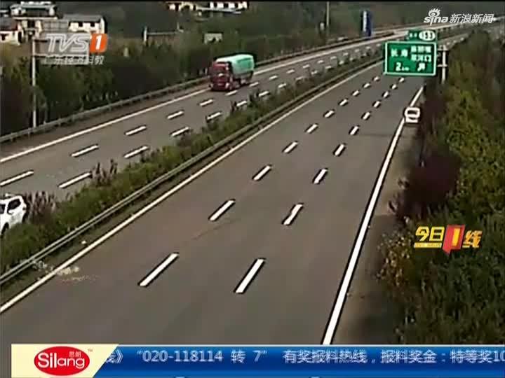 视频:面包车高速爆胎旋转360度 司机幸运逃过一