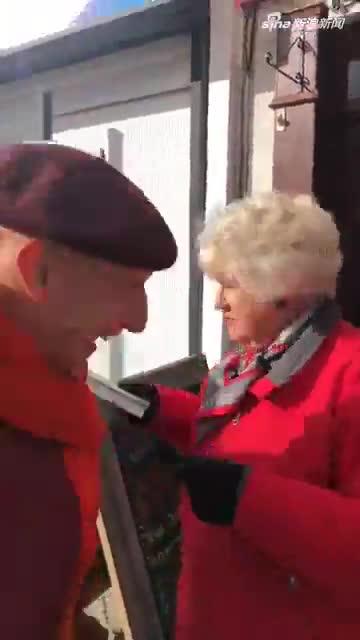 """视频:英国书店搬家 百名志愿者组成""""人链""""手手相"""