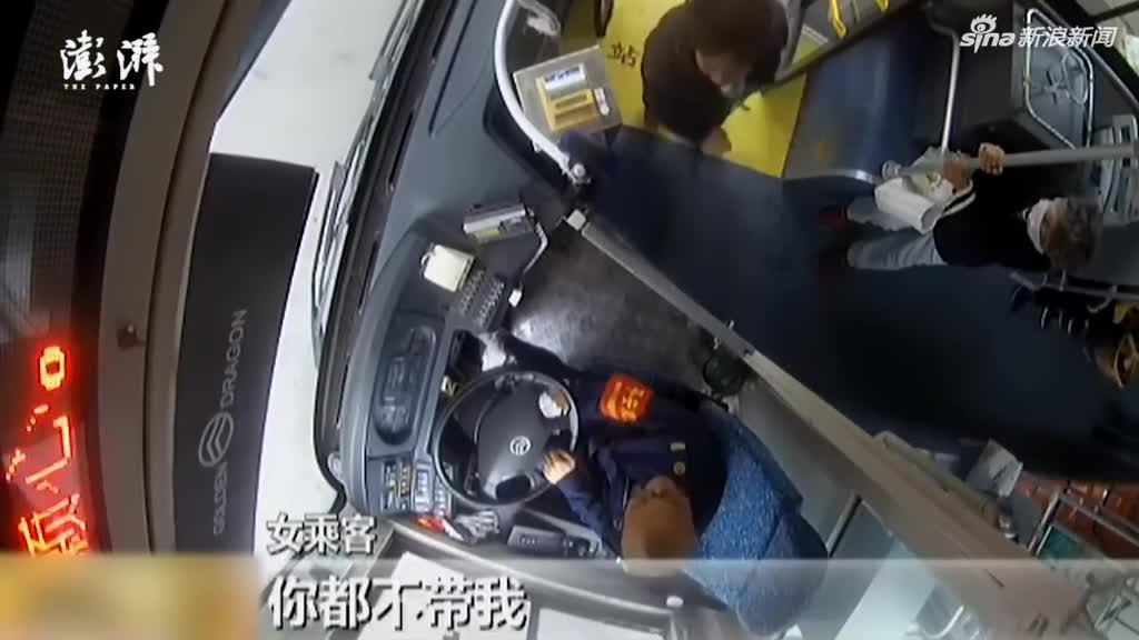 视频|大妈赶公交两次猛挥包 砸碎车窗玻璃