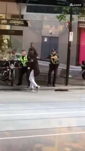 视频:突发!墨尔本市中心汽车爆炸 黑人男子持刀袭