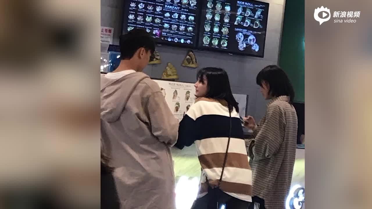 网友:奶茶逛街郑爽与视频张恒观看两人买男友视频偶遇英文图片