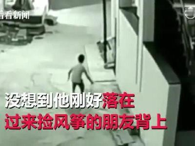 男孩从12米高屋顶摔落砸朋友背上 两人奇迹生还