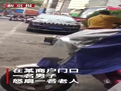 实拍安徽铜陵男子当街怒扇老人 警方:因停车收费起争议
