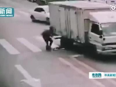 视频:儿童疑似闯红灯被撞身亡 家长目睹全程事后跪地崩溃大哭