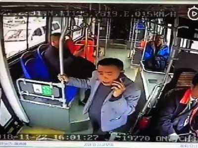 永州公交醉酒乘客抢方向盘
