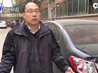 郑州快递小哥撞坏车灯 留下名片方便车主要赔偿1