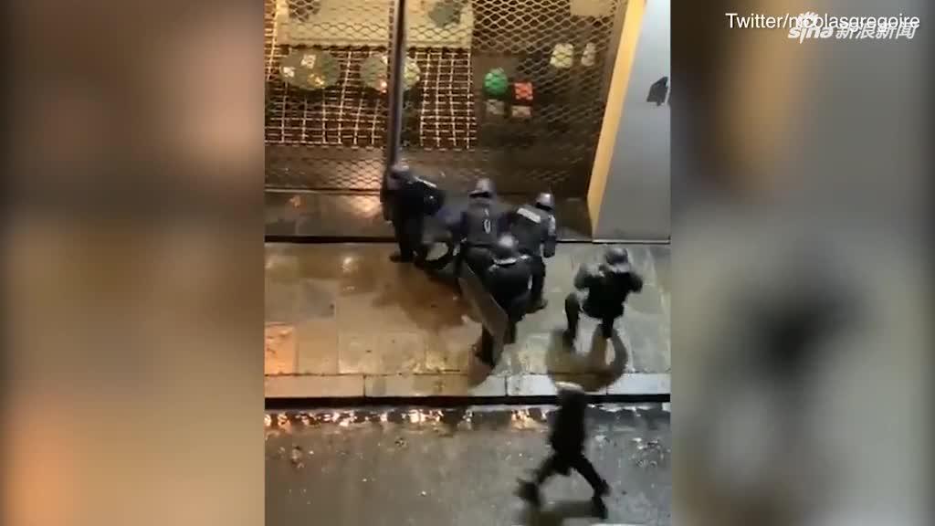 视频:面对50年来最严重骚乱 法国防暴警察街头暴
