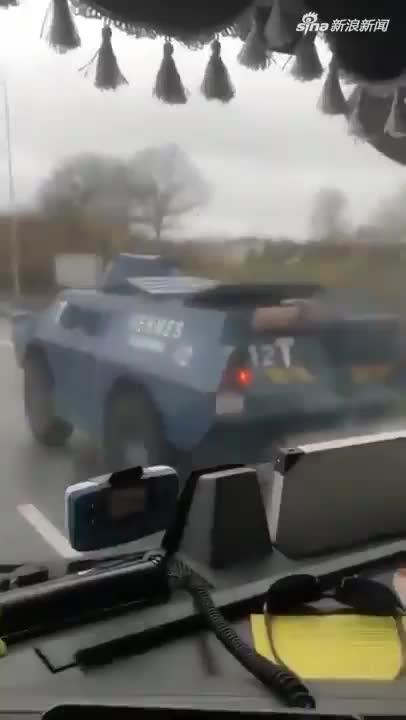 视频:法国迎危险周末!8万警员出动 装甲车严阵以