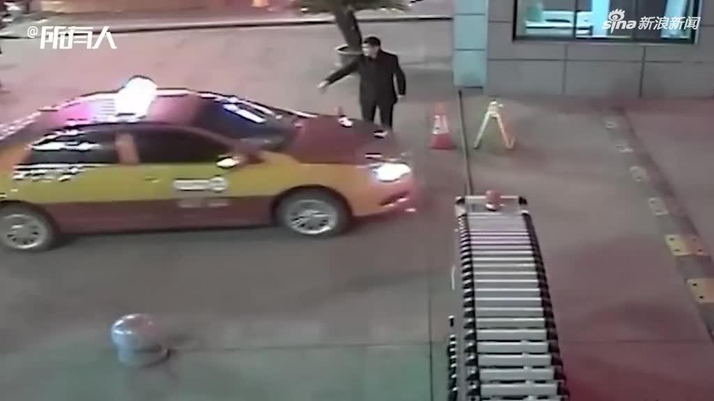 视频:学生突发疾病 交警开道送医垫付医药费