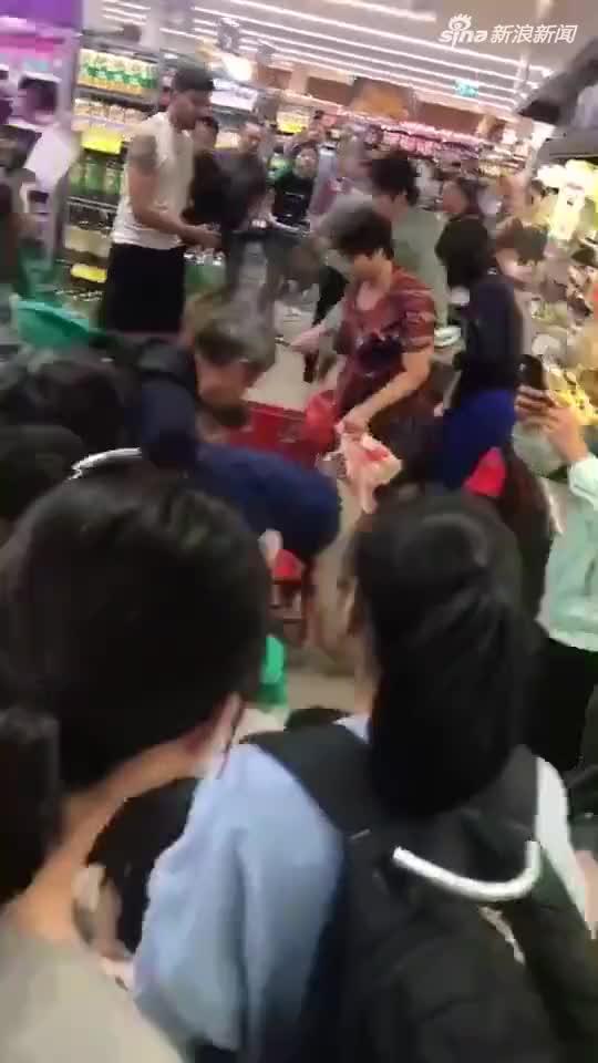 视频:中国大爷大妈在澳洲超市趴地哄抢奶粉 当地人