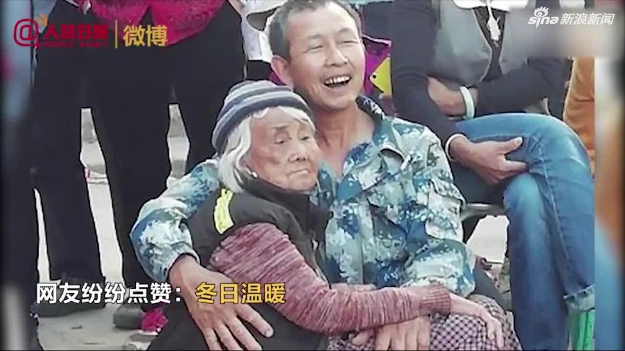 视频|丽江男子抱8旬瘫痪母亲看2小时演出:抱着她