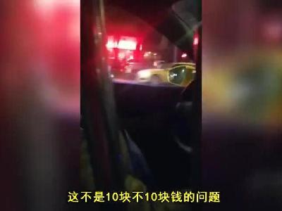 出租司机载客时边抽烟边斗地主 交通部门:接到投诉正在处理