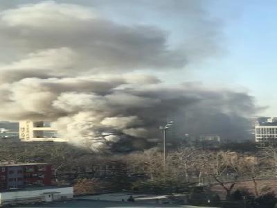 视频-北京交通大学实验室起火 现场浓烟弥漫