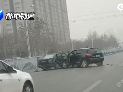 新乡街头轿车被越野车连撞 司机被暴揍