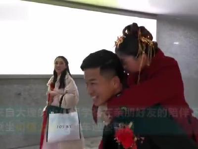 """云南小伙乘坐上亿""""婚车""""迎娶新娘"""