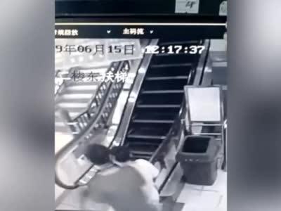 万豪线上娱乐时时彩,广西梧州一商场内扶梯断裂 两市民飞奔而出逃过一劫