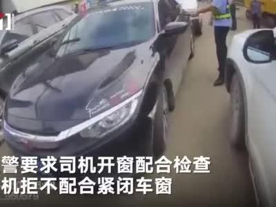 广西玉林套牌车被查 司机倒车强行推开警车逃逸