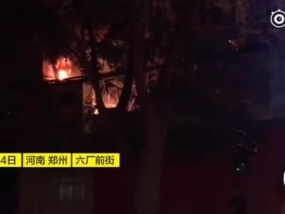 """郑州一居民楼外配电箱爆燃如放""""烟花"""" 200多住户暑夜断电"""
