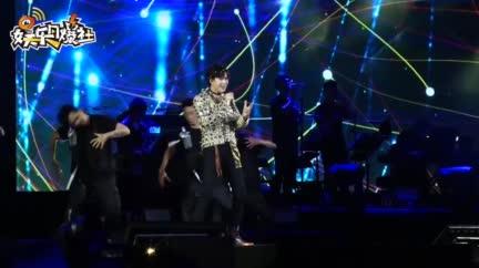"""视频:摩登兄弟巡演上海开唱 """"大型旗袍现场""""感动刘宇宁"""