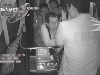 """快三彩票讲解_""""找死呢你!""""郑州公交车长一把抓住""""乘客""""双手,大声呵斥!众人一脸懵……"""