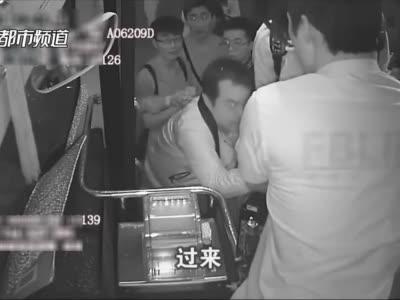 """""""找死呢你!""""郑州公交车长一把抓住""""乘客""""双手,大声呵斥!众人一脸懵……"""