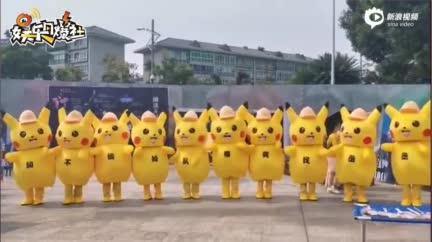 视频:范丞丞粉丝齐穿皮卡丘服组口号 巨幅应援海报显出满满爱意
