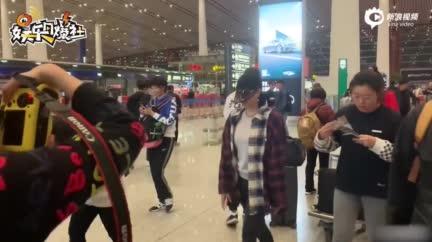 视频:钟丽缇化身骑手机场秀舞蹈  与友人自拍嗨聊