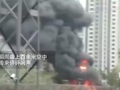 几十辆共享单车和废旧汽车燃起大火 疑似工人切割操作不当