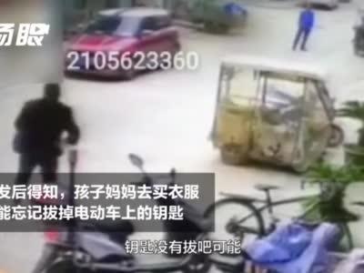 大石桥快3开奖结果_2岁男童驾三轮车撞向玻璃门 保安神反应飞奔过去拽车救人