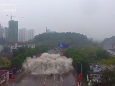 """三峡宜昌爆破拆除收费站破解城市""""堵点"""""""